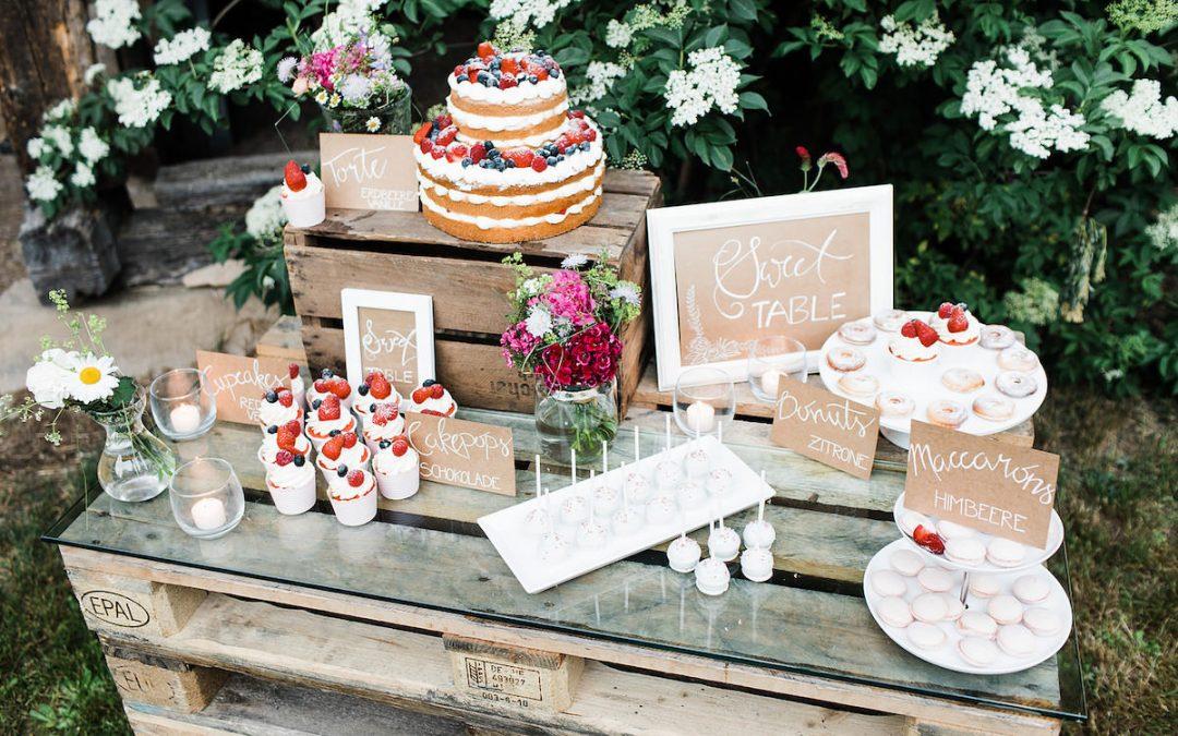 Hochzeitskonzept einer Sommerhochzeit auf einem Bauernhof