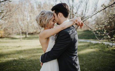 Martina & Martin – Eine kirchliche Hochzeit mit Vintageakzenten im Frühling