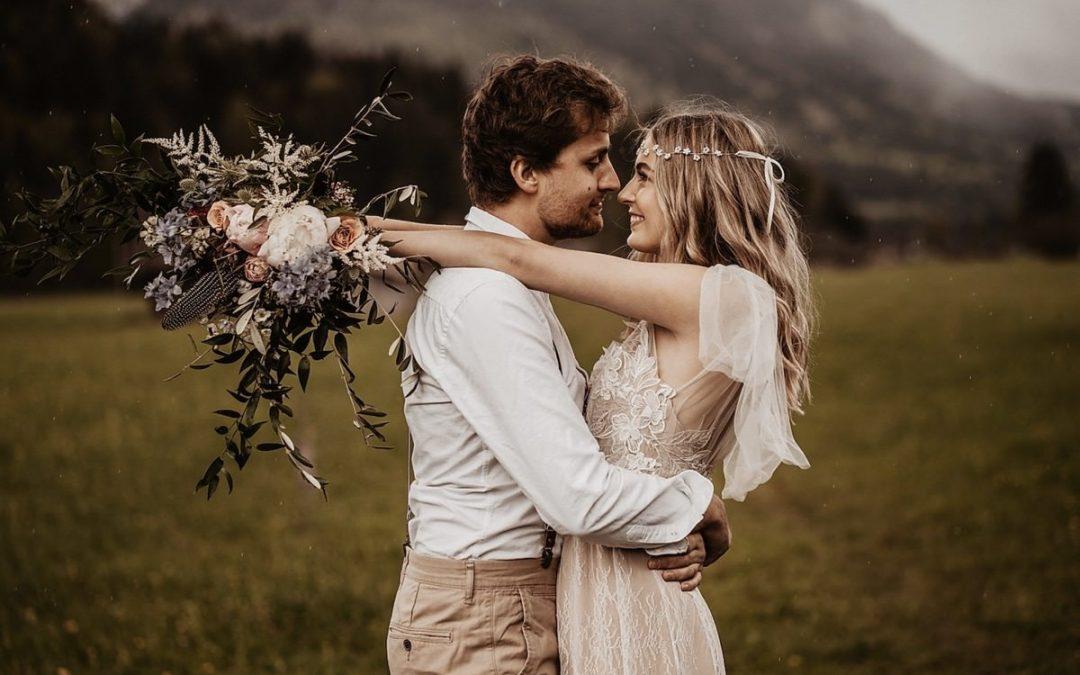 Bohemian Hochzeitsinspiration eines romantischen Couple Shoots am Badersee
