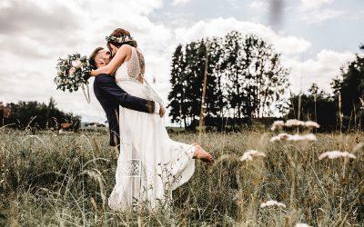 Elena & Kevin – Ein sommerlicher Hochzeitstag mit zwei Trauungen im rustikalen Vintage Look