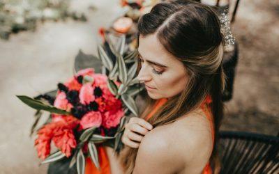 Dark meets fuchsia – Eine farbgewaltige Inspiration für Moody Herbsthochzeiten