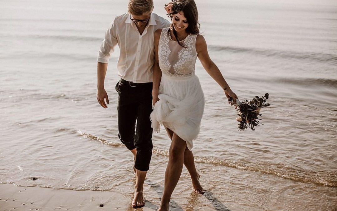 Barfuß im Sand – Inspiration für bohoinspirierte Strandhochzeiten