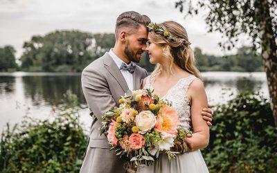 Hochzeit am See – Eine Hochzeitsinspiration in Living Coral
