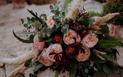 Eine Brautstrauß & Flowercrown Inspiration mit opulenten Strauchrosen