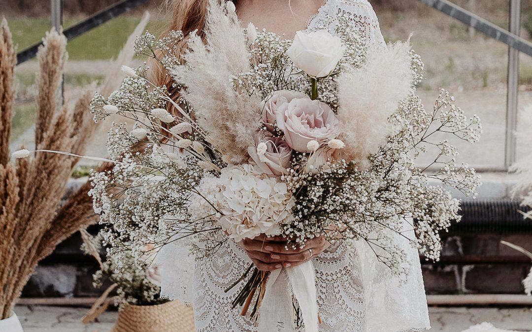 Verträumte Brautstrauß Inspiration in Weiß und zartem Rosé