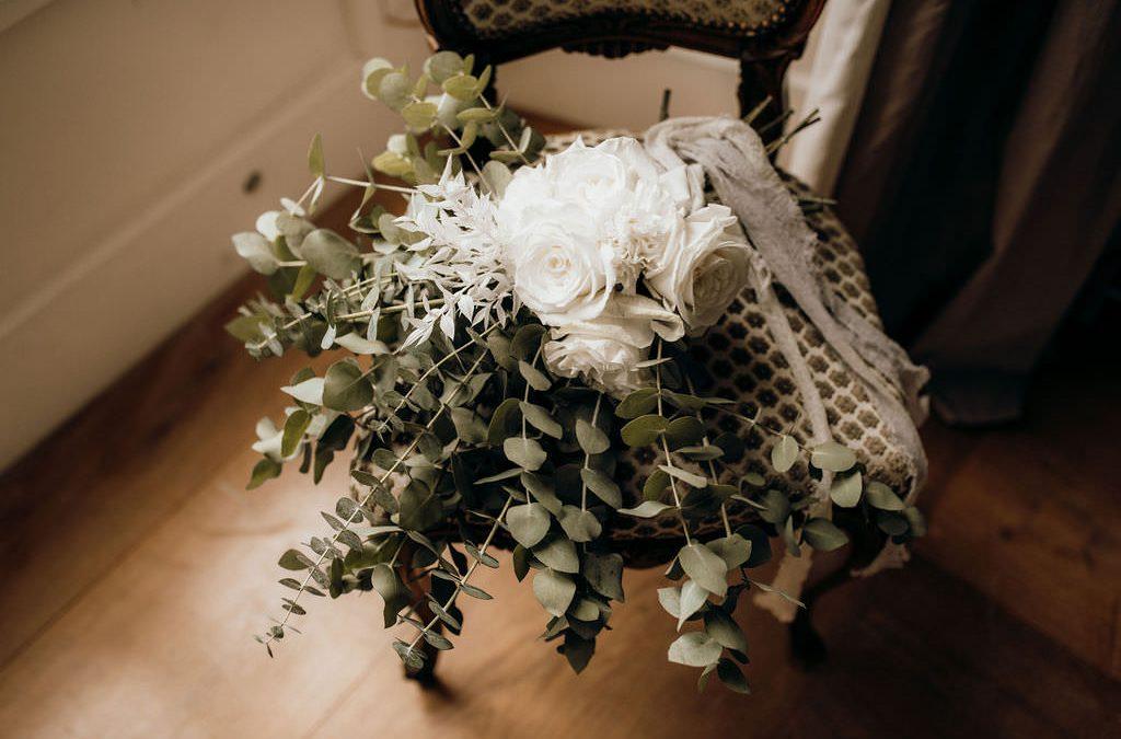 Ein romantischer Brautstrauß mit weißen Rosen & wildem Eukalyptus