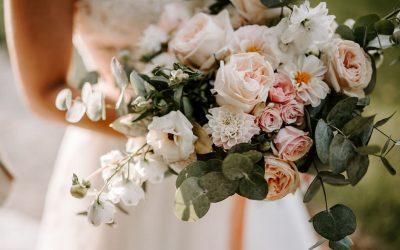 Eine Brautstrauß Inspiration voller Schlossromantik mit Rosen, Dahlien & Ranunkeln