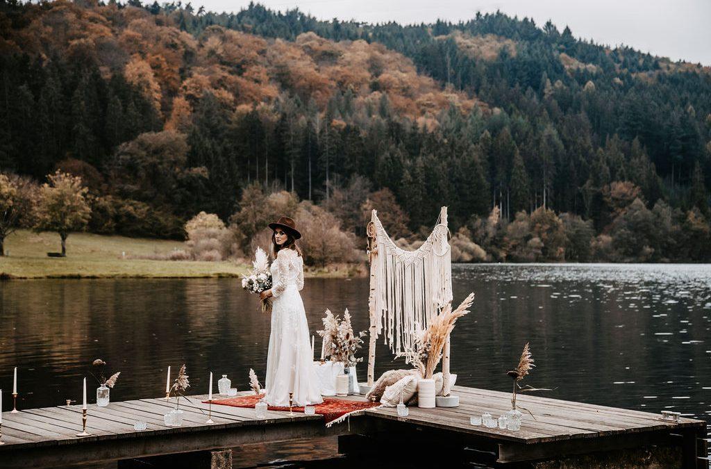 Eine Vintage-Boho Bridalstyle Inspiration auf einem Bootssteg am Marbachstausee
