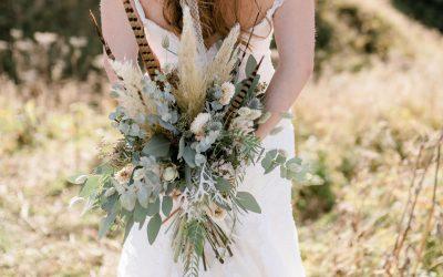 Eine naturverbundene Brautstrauß & Flowercrown Inspiration mit Fasanenfedern