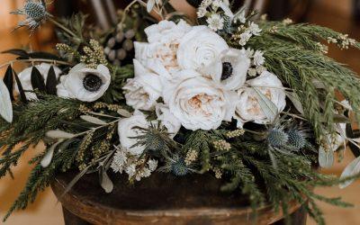 Winterliche Brautstrauß Inspiration mit Anemonen, Ranunkeln und Disteln
