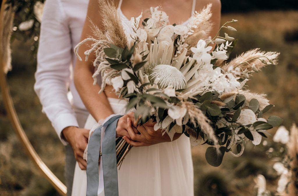 Eine bohemian Brautstrauß Inspiration mit weißer Königsprotea