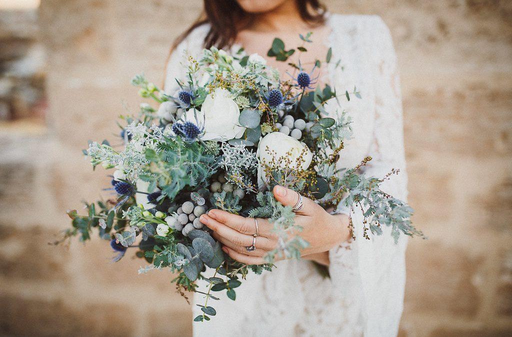 Winterliche Brautstrauß Inspiration im Greenery Stil mit weißen und blauen Akzenten