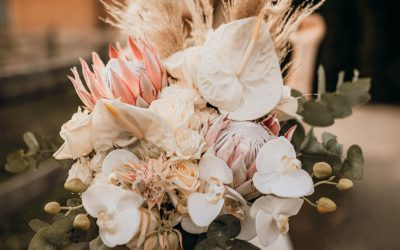 Einmalige Brautstrauß Inspiration mit Anthurien, Orchideen und Königsproteas