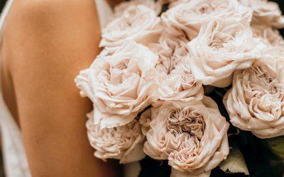 Eine romantische Brautstrauß Inspiration im elegant-minimalistischen Stil