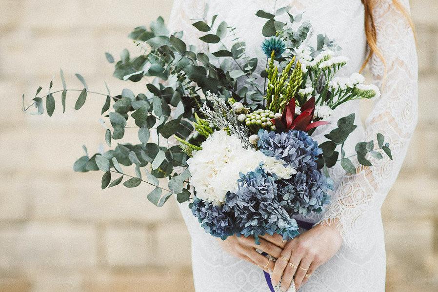 Eine Brautstrauß Inspiration aus Trockenblumen mit weißen & blauen Hortensien