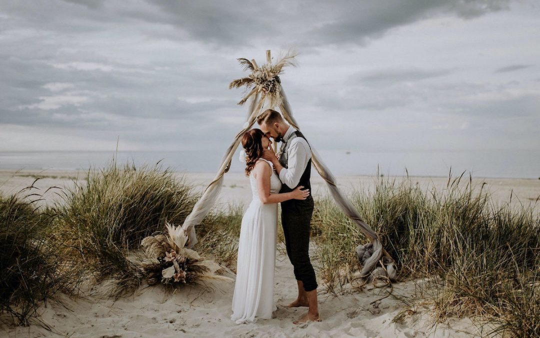Wild and free at the sea – Inspiration eines bohoinspirierten Elopements in den Dünen der Ostsee