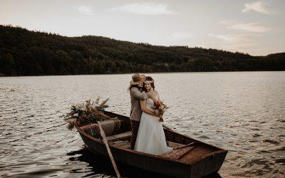 Boat Romance – Eine romantische Elopement Wedding im Bohostil am Seeufer