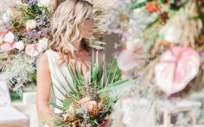 Crystal Waters & Floral Fireworks – Eine sonnenverwöhnte Inspiration für florale Hochzeiten in Griechenland