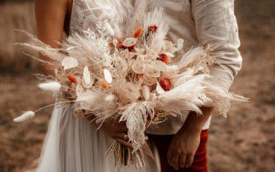 Eine Brautstrauß Inspiration mit gebleichten Trockenblumen und Farbtupfern in Rot-Orange