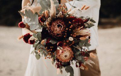 Eine exotische Brautstrauß Inspiration in feurigen & dunklen Rottönen