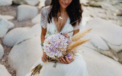 Eine Brautstrauß Inspiration mit Hortensien in zartem Flieder und natürlichem Pampasgras