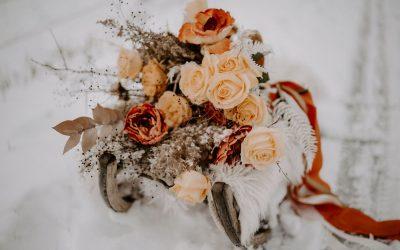 Eine Brautstrauß Inspiration im Schnee in Pale Orange und Nudetönen