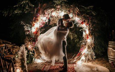 Nadine & Joshua – Eine bunte Festival Hochzeit im Freien als Hommage an die Liebe