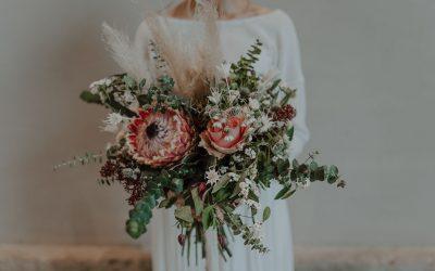 Eine winterliche Brautstrauß Inspiration mit Eukalyptus, Protea, Beetrosen und Zauberschnee