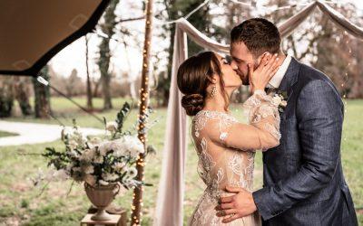 Intimate Chalet Wedding – Eine Inspiration für modern-elegante Hochzeiten in einem rustikalen Chalet