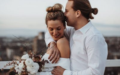Big City Wedding Beats – Eine moderne Hochzeit in gedeckten Farben über den Dächern einer Großstadt