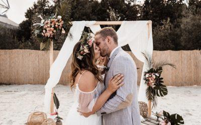 Tropical Beach Bar Wedding – Eine tropische Sommerhochzeit in Apricot, Berry und Creme-Pink